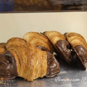 Croissants de chocolate. Panadería José María en Benicàssim